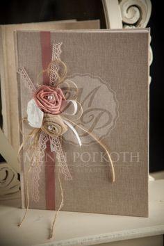Ευχολόγιο γάμου υφασμάτινο με σύνθεση από χειροποίητα λουλούδια