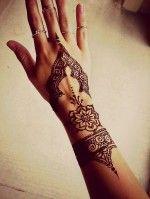 Bayanlar için zarif bir dövme tasarımı