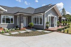 Exterior house colors gray james darcy 60 ideas for 2019 Best Exterior House Paint, White Exterior Houses, Wall Exterior, Grey Exterior, Grey Houses, Exterior Remodel, Dream House Exterior, Exterior House Colors, Exterior Paint Color Combinations