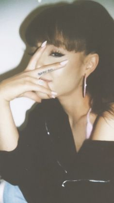 She is posing like Kim Taehuyng 😍 Cabello Ariana Grande, Ariana Grande Cute, Ariana Grande Pictures, Ariana Grande Tumblr, Ariana Grande Bangs, Ariana Grande Tattoo, Nickelodeon Victorious, Ariana Grande Wallpaper, Cat Valentine