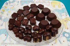sjokolade m/fyll (norwegian recipe for raw chocolate) Norwegian Recipes, Norwegian Food, Scandinavian Food, Cray Cray, Raw Chocolate, Fudge, Cooking Tips, Norway, Sweets