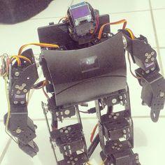 Detalhe agora da parte frontal. Por dentro do peito dele ficarão o UBEC e a bateria da Linkit ONE ou seja menos coisa pra ficar atrás. Front side detail. Inside its chest will be UBEC and Linkit ONE battery meaning less things on the back.  #arduino #mediateklabs #linkitone #oled #display #robot #robotica #robotics #robo #bipede #servomotor #servo #motor #bipedal #bipedalrobot #biped #arduinorobot #arduinoandroid #bluetooth #ubec #pca9685 #i2c #gesture #control by washjunior