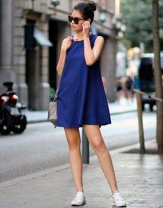 Street style com vestido em A azul + tênis branco.