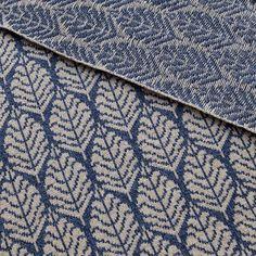 Опять из 100% меринос-джилонг джинсового цвета и цвета типа лен/овсянка, очень удачный узор! Видимо, пока во всех цветах и пряжах его не увижу, не успокоюсь это фрагмент пальто. #пальто #жаккард #орнамент #листья #весна #art #mydesign #design #spring