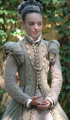"""Elizabethan gown - Another pinner says, """"I keep seeing this young lady pop up in my searches. I dont know who you are but your work is stunning! Mode Renaissance, Costume Renaissance, Renaissance Fashion, Renaissance Clothing, Historical Clothing, Bristol Renaissance Faire, Elizabethan Costume, Elizabethan Fashion, Tudor Fashion"""