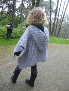Free Pattern...http://www.ravelry.com/patterns/library/poncho-romance