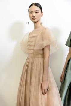 #Dior #hautecouture #backstage Chiffon Dress, Silk Dress, Modern Filipiniana Dress, Bridal Dresses, Girls Dresses, Mom Dress, Chic Outfits, Editorial Fashion, Beautiful Dresses