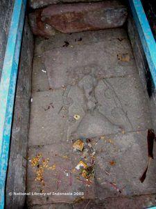 """""""candi sukuh karanganyar""""Dans l'espace à l'intérieur de la porte, couché sur le sol, il existe des sculptures représentant le phallus et le vagin sous une forme concrète qui se touchent presque"""