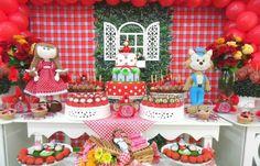 A mesa do bolo com o tema Chapeuzinho Vermelho foi incrementada com arranjos de rosas vermelhas e amarelas. A decoração é da empresa Dan' Pierre Balloon Decor (www.danpierre.com.br)