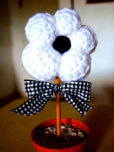 flor tejida en blanco y negro