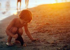 Osserva un bambino che raccoglie conchiglie sulla spiaggia: è più felice dell'uomo più ricco del mondo. Qual è il suo segreto? Quel segreto è anche il mio. Il bambino vive nel momento presente, si gode il sole, l'aria salmastra della spiaggia, la meravigliosa... Forrest Gump, Osho