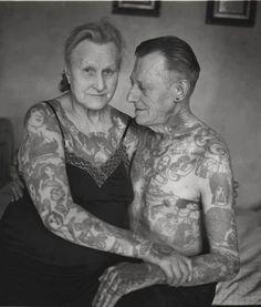 Novas imagens mostram pessoas idosas com tatuagens