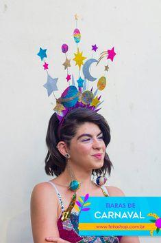 Carnaval é tempo de botar a criatividade pra jogo, ousar nas fantasias e também nos acessórios! Quer participar da festa mas não quer investir dinheiro em uma fantasia ou não gosta de se fantasiar? Não se preocupe, a nossa dica de hoje é especialmente para você! Aposte nos acessórios criativos, capriche na make, se jogue no brilho e entre na folia! Separamos dicas incríveis de arcos e tiaras de carnaval com temas super legais para você ARRASAR nos bloquinhos!
