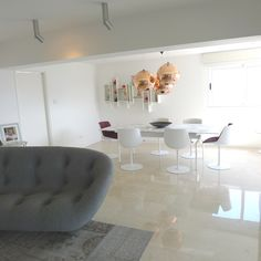 Tonos claros del piso de  mármol Boticino con paredes pintadas  en blanco, más mucha luz.