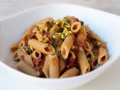 Oggi vi presento un piatto di pasta buonissimo sano e veloce. I fagioli cannellini conferiscono cremosità e i pomodori secchi col loro sa...