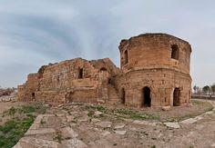 Harran kalesi/Şanlıurfa/// Hemen hemen bütün kaynaklar, kalenin yerinde bir Sabii mabedinin bulunduğundan söz etmektedirler. İslâm kaynaklarında kaleden ilk kez bahseden el Mukaddesi (h. 4.-m. 10. asır) burasının Kudüs kalesi gibi taştan yapıldığını, güzel ve sağlam olduğunu söylemektedir.