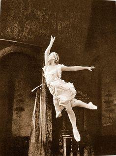 Galina Ulanova, Romeo and Juliet, Bolshoi Ballet (1946) ♡ www.theworlddances.com/ #throwback #dance