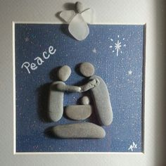 Peace Christmas Pebble Art, Christmas Art, Sea Glass Crafts, Sea Crafts, Stone Crafts, Rock Crafts, Beach Rock Art, Stone Art Painting, Box Frame Art