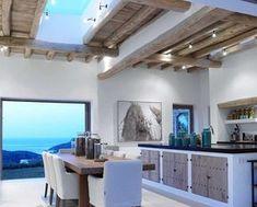 Can Trull est un cube, une maison blanche contemporaine posée sur l'île d'Ibiza, qui regarde vers la mer et la montagne, oeuvre de Blackstad design, une entreprise fondée par des Canadi…