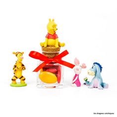 Boite à dragées en verre garnie de dragées avec décoration Disney winnie et ses amis.
