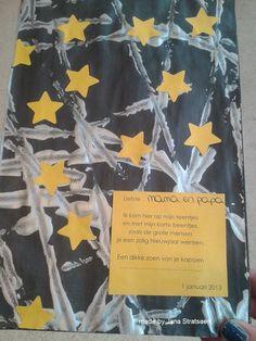 Achterkant van de Nieuwjaarsbrief die ik maakte met de kls.: - knikkerrollen met zilveren verf op een zwart papier - sterretjes ponsen en op het papier kleven (voorkant van de Nieuwjaarsbrief op een andere foto) Christmas And New Year, Kids Christmas, Merry Christmas, Art For Kids, Crafts For Kids, Diy Crafts, Winter Drawings, Tapas, Space Theme