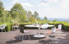 Ikoniske møbler til uterommet Knoll er så heldige å ha noen av verdens ypperste ikoner i  kolleksjonen sin, som design av Eero Saarinen og Harry Bertoia, for å nevne noen.  Begge disse er representert i vårt eksempel her, med Saarinens klassiske bord og Bertoias stoler – nå også for uterommet. Det er som om alle våre drømmer er blitt besvart! Bord, 72 690 kr, stol, 3940 kr, Tannum.no.