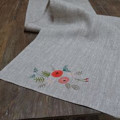 Camino de mesa en lino pintado a mano.