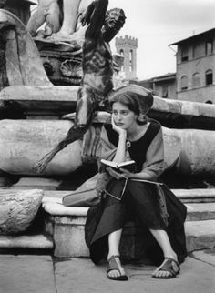Photographer Ruth Orkin - American Girl in Florence, Italy, Model Jinx Allen. People Reading, Woman Reading, Photos Black And White, Black And White Photography, Iconic Photos, Old Photos, Vintage Photographs, Vintage Photos, Vintage Books