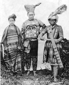 May Spanish troops at mass honoring King Alfonso XIII on his birthday. Photo taken in the Maranao Moro town of Momungan, in present-day Lanao del Norte Province, Mindanao Island. Free The Robot, Filipino Fashion, Filipino Tribal, Philippines Culture, Filipino Culture, Filipino Tattoos, Mindanao, American War, Pics Art