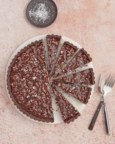 chocolate-caramel pecan tart from Martha Stewart Chocolate Caramel Tart, Caramel Pecan, Chocolate Caramels, Flourless Chocolate Cakes, Chocolate Desserts, Chocolate Pastry, Tart Recipes, Dessert Recipes, Pecan Tarts