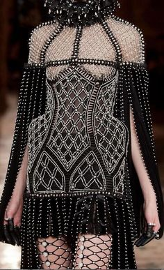 diet-mnt-dew: Alexander McQueen at Paris Fashion Week Fall 2013 Source: ImaxTree Haute Couture Style, Couture Mode, Couture Fashion, Runway Fashion, Fashion Art, High Fashion, Womens Fashion, Fashion Design, Daily Fashion