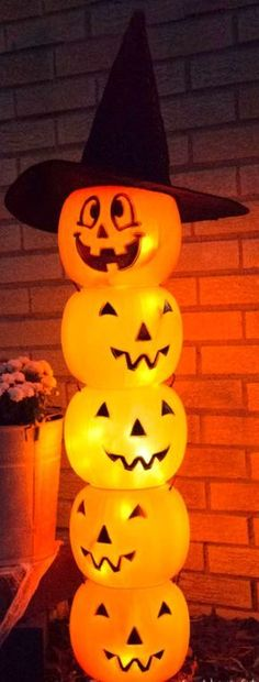 DIY Glowing Plastic Jack O' Lantern Totem ~ It's pretty simple and adds a great orange glow to your front step.... You can make this for about $10 or less if you already have materials that can be used. Fairy Halloween Costumes, Halloween 2017, Halloween House, Holidays Halloween, Spooky Halloween, Halloween Treats, Halloween Pumpkins, Halloween Party, Vintage Halloween