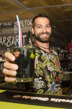 #Barman sirve cóctel #mojito negro, especialidad #BahíaLimón #†orreguadiaro #Sotogrande