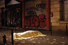 A proximité du Bataclan, dans le XIe arrondissement àParis, vendredi soir.