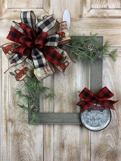 Christmas Wall Hangings, Christmas Frames, Christmas Things, Christmas Projects, Christmas Ideas, Christmas Ornaments, Picture Frame Wreath, Picture Frame Crafts, Country Christmas Decorations
