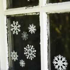 Snowflakes on window http://lastdaysofspring.blogspot.com/2011/12/diy-cutting-snowflakes.html