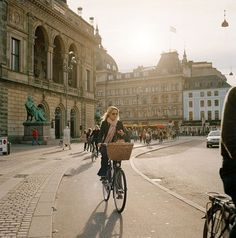 Ladies Guide on Cycling to Work | The Discerning Cyclist (UK). The primary aim was to promote stylish clothes that are also practical and functional enough for people to cycle in with honest, impartial reviews on a range of products currently on the market.