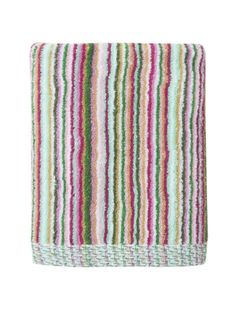 The pattern Rivages evokes this limit of the vague frontier between land and sea: a graphic poetry where one catches a glimpse of fragile and vibrant vegetation between the palms and flowers swaying in the wind on this vibrant bath towel.