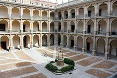 ALCALA DE HENARES - Universidad de Alcalá - Los orígenes de Alcalá de Henares (Madrid) se remontan a poblados prehistóricos y, más adelante, celtíberos, aunque su primer gran hito fue la ciudad romana de Complutum, de gran importancia. En el siglo XVI, el cardenal Cisneros fundó aquí la primera ciudad universitaria planificada, que sirvió de modelo a toda una serie de universidades en Europa.