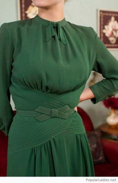 Vintage Dress – Fantastic Later Green Rayon Crepe Dress with Pintucking and Bow Belt – Eire Vintage Dress Fantastic Later Green Rayon by FabGabs 1930s Fashion, Look Fashion, Retro Fashion, Vintage Fashion, Fashion Goth, Vintage Mode, Look Vintage, Vintage Green, Vintage Outfits