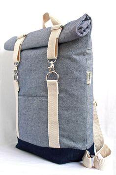 Handgemachte Roll-Top-Rucksack für den täglichen Gebrauch und Mini Ausflüge. Die Träger sind verstellbar und aus baumwollgurtband. Der Stoff ist ein Licht blau 100 % Baumwolle Leinwand gekauft von lokalen Anbietern in Athen (meine Heimatstadt) und der Boden ist dunkelblaue Jeans aus.