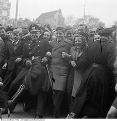 Enthusiastic crowd release of war prisoners after liberation, Amsterdam (May1945)