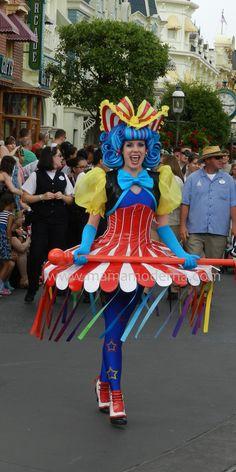 Colores divertidos acompañando el final del desfile. #Disney Detalle aquí http://mamamoderna.com.mx/2014/06/disney-festival-of-fantasy-parade.html