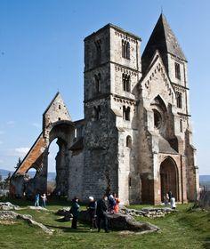 Zsámbék romtemplom  Fotó: Nász Nikolett  Monastic Church of Zsambek Photo: Nikolett Nász Tower Bridge, Notre Dame, Landscapes, Building, Places, Travel, Life, Hungary, Paisajes