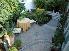 Ein gemütliche Hof mit Eingangsbereich läd zum Entspannen ein. Auch für kleine Terrassen und Gartenweg-Gestaltung gut geeignet.  Hier mit frieda® Kleinpflaster in der Mischfarbe Bernstein und Anthrazit, ca. 20 m².  #frieda  #pflastersteine  #garten  #hof  #terrasse  #zuhausegefuehl Bernstein, Patio, Outdoor Decor, Blog, Home Decor, Small Terrace, Backyard Patio, Internal Courtyard, Entrance