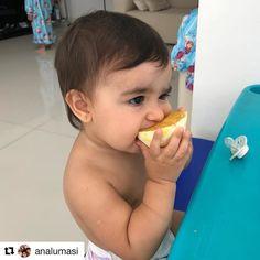 Quando introduzimos os alimentos da maneira correta e oferecemos opções saudáveis para os bebês e crianças comerem fica mais fácil a aceitação de opções que pra muitos adultos pode não agradar tanto! Quem aí (já adulto) chupa laranja ao invés de tomar suco da fruta por exemplo???   Olhem só que fofura a Alice comendo sua laranja!    Ela é a caçula da @Analumasi Irmã da Bruna e da Clara.  Cada uma come de um jeito e tem suas preferências alimentares individuais. Acompanho a introdução…