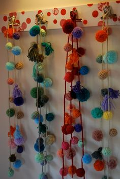 Serena: pompones Diy Sewing Projects, Craft Tutorials, Diy And Crafts, Arts And Crafts, Tassel Curtains, Diy Y Manualidades, Pom Pom Crafts, Hanging Crystals, Pom Pom Garland