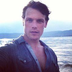 Sam Heughan from Outlander has definitely mastered the Instagram selfie.