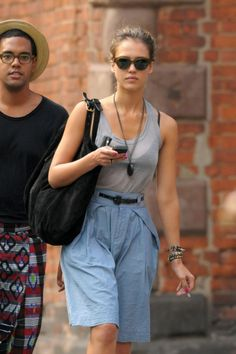10 Celebrity Smokers Who Will Probably Surprise You- Jessica Alba You have GOT to be kidding me. I thought she was all natural and non-toxic and stuff? Smoking Celebrities, Celebrities With Cats, Celebrities Before And After, Celebrities Then And Now, Hottest Female Celebrities, Hollywood Celebrities, Photoshop Celebrities, Celebrity Smokers, Celebrity Moms