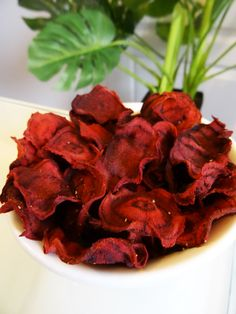 Recette Paléo : chips de betterave pour des apéros colorés ! Betteraves rouges crues : 4 petites Huile d'olive (ou de coco) : 4 bonnes cuillères à soupe Paprika, curry : 1 cuillère à soupe Sel, poivre : Quelques pincées